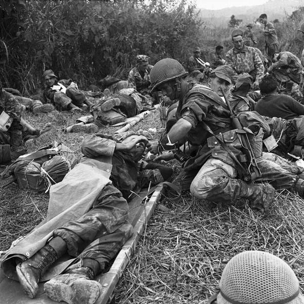 Сержант  6 БКП дает пить раненому оп Кастор нояб 1953 Д Камю