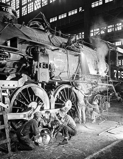 [Work Crew Repairing Locomotive 705, Texas & Pacific