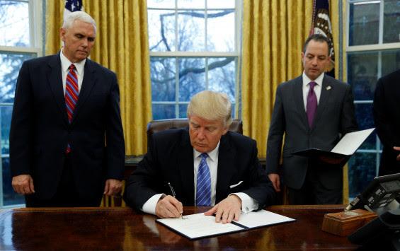Οι πρώτες... υπογραφές Τραμπ προκαλούν θύελλα αντιδράσεων!