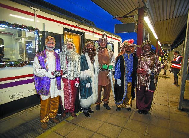 En Tren Real. Melchor, Gaspar y Baltasar llegaron a Irun en ferrocarril y fueron recibidos por cientos de irundarras en la estación del ADIF./FOTOS F. DE LA HERA