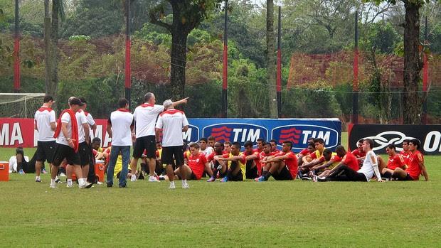 Dorival Junior conversa com o elenco no treino do Flamengo (Foto: Richard Souza / Globoesporte.com)