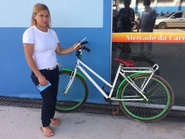 Mulher é assaltada, troca socos com bandidos e fica com bicicleta da dupla