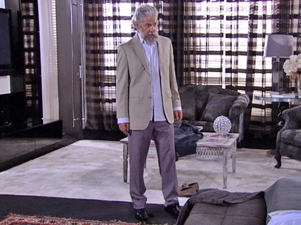 Pereirinha fica incomodado com as roupas elegantes (Foto: Fina Estampa/TV Globo)