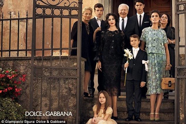 Monica Bellucci jogar as matriarcas de uma família tradicional italiana para a campanha de primavera 2012 da Dolce & Gabbana