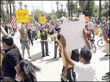 Apoiantes e opositores da praça lei de imigração em Phoenix,  Arizona. Foto: 23 de abril de 2010