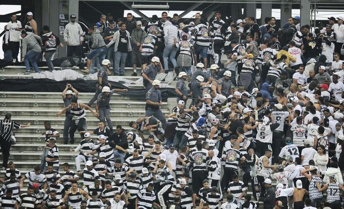 Briga na torcida do Corinthians (Foto: Marcos Ribolli)