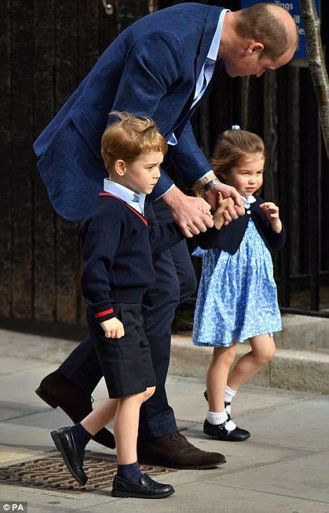 Los jóvenes fueron llevados al Ala Lindo para conocer al recién nacido Príncipe de Cambridge por su padre, el Príncipe William.