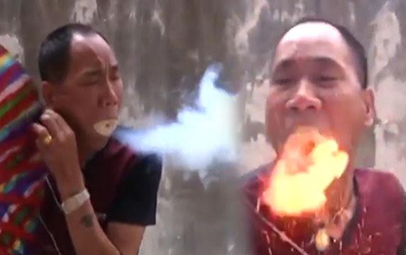 Ejderha Gibi Ağzından Ateş Saçan Adam Video Galerisi