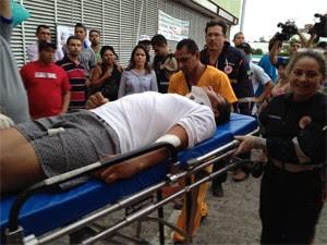Náufrago chega ao Hospital de Trauma de João Pessoa (Foto: Walter Paparazzo/G1)