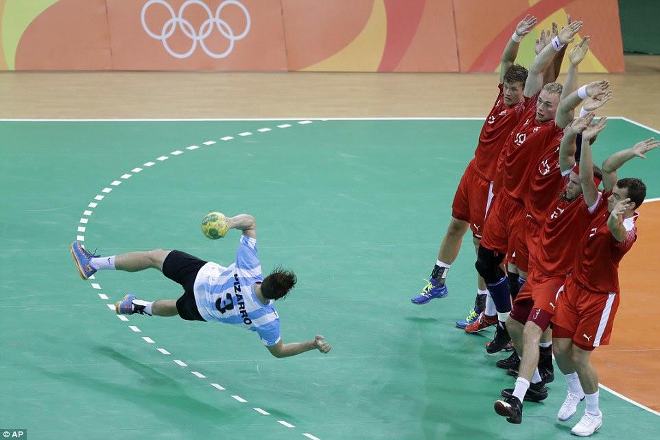 da Argentina Federic Pizarro envia seis defensores dinamarqueses em pânico quando ele mergulha para tirar uma penalidade no andebol