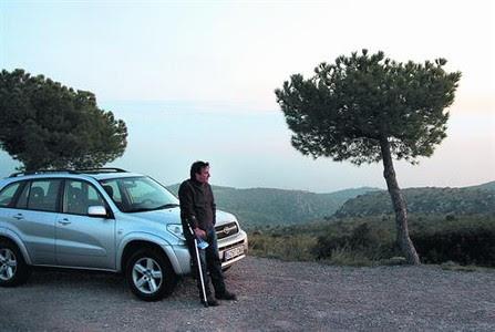 Extraño hogar 8 Jose Maria Masip, la semana pasada, apoyado en su coche, en el que vive en un mirador del parque natural del Garraf.