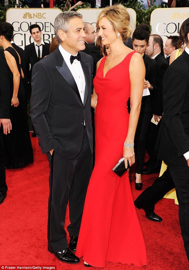 São precisos dois: George Clooney e Stacy Keibler são outro casal poder enfeitando o tapete vermelho para os Globos de Ouro