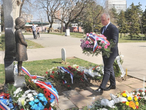 Пред паметника в Белград с ифгурката на малката Милица Ракич, символизираща всички убити при бомбардировките деца, бяха поднесени цветя по повод мрачната годишнина. Снимка: RTS