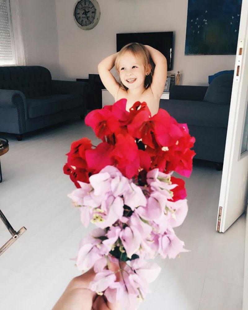 Mãe veste a filha com flores e comida usando a perspectiva forçada e conquista a internet 19