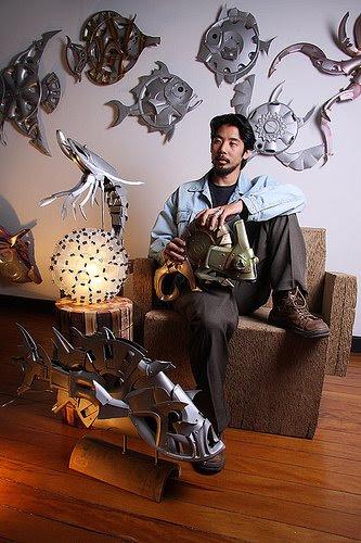 Douglas Okura e suas obras feitas de calotas de carro recicladas.