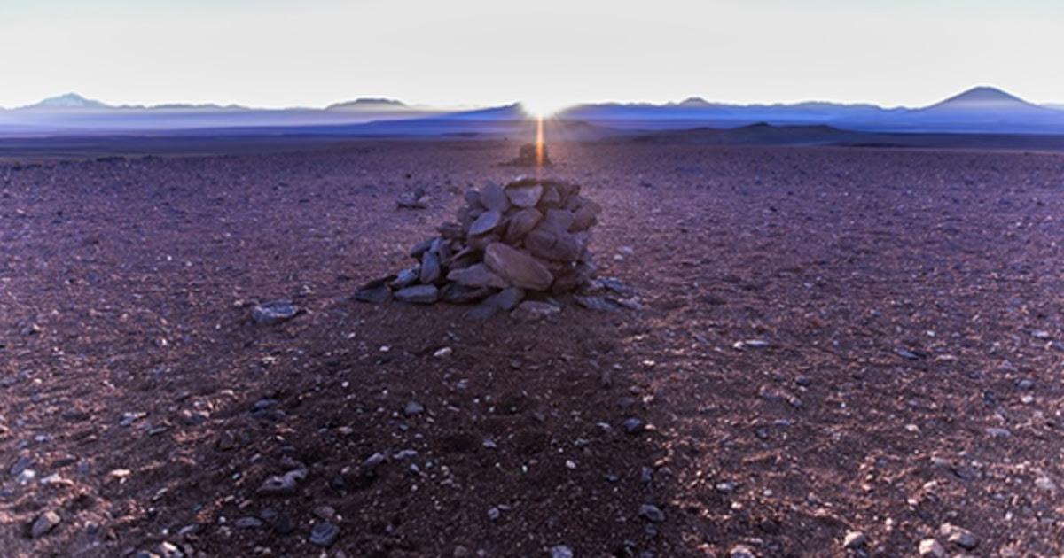 Portada - la alineación del sol naciente en el solsticio de invierno con los saywas del desierto de Atacama, Chile. Fuente: A. Silber, ALMA (ESO/NAOJ/NRAO).(CC BY 4.0)