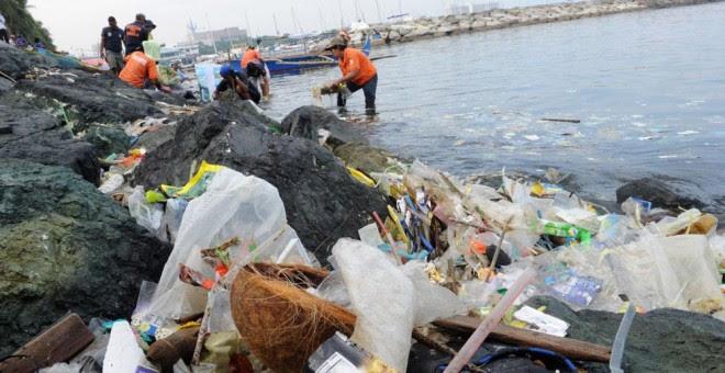 Bolsas de plástico y otra basura en una playa en la Bahí ade Manila. JAY DIRECTO / AFP