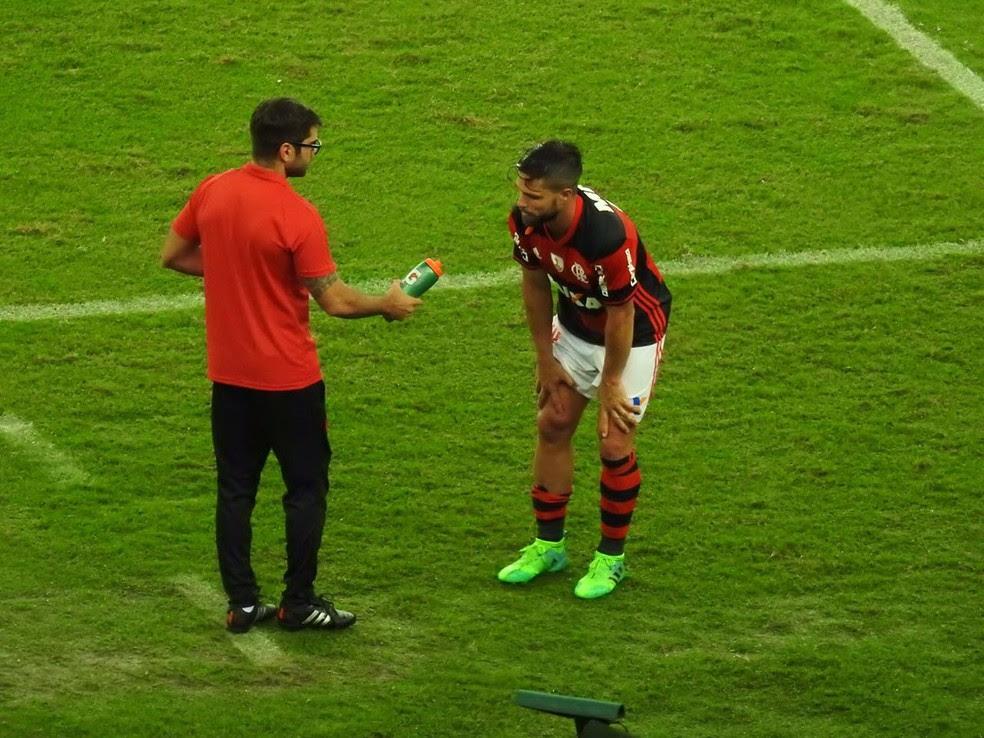 Momento em que Diego deixou o campo sentindo o joelho (Foto: Fred Gomes / GloboEsporte.com)