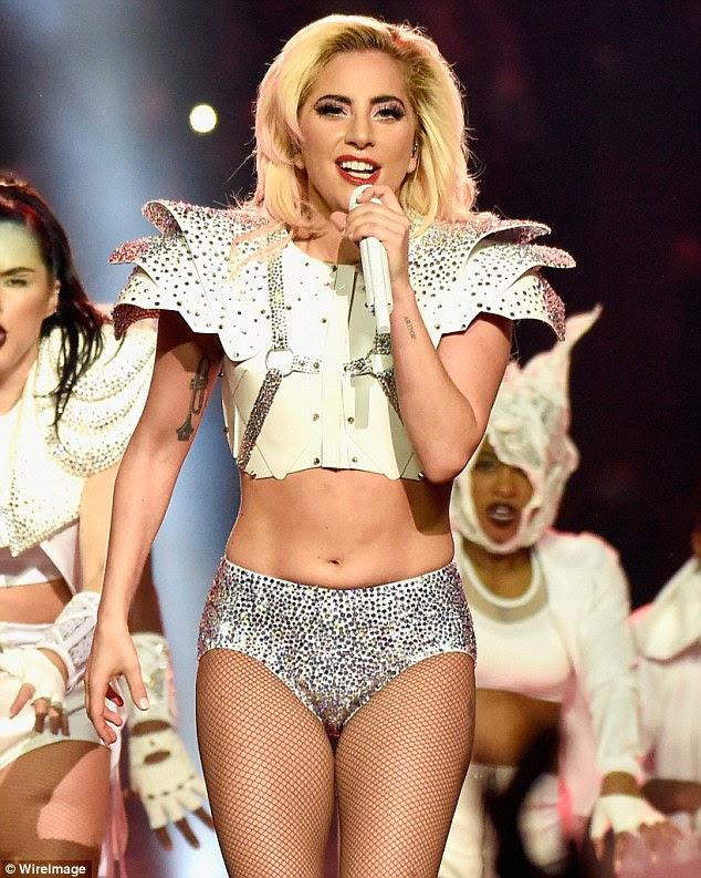 Em chamas: Lady Gaga fez um desempenho no meio tempo quente no Super Bowl na noite de domingo