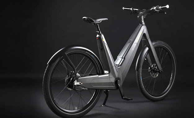 Bike elétrica que não precisa ser plugada na tomada para ter a bateria recarregada