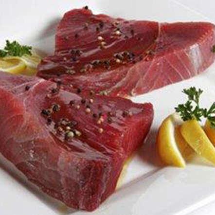 Le thon est riche en acide gras oméga-3 et aide ainsi à protéger des maladies cardiaques. Recommandé pour la santé des articulations et du cerveau, il est aussi rempli de vitamines D et B12, qui combattent la fatigue. Rapide et facile à préparer, ce poisson est une excellente source de protéines et un substitut exquis aux viandes grasses.