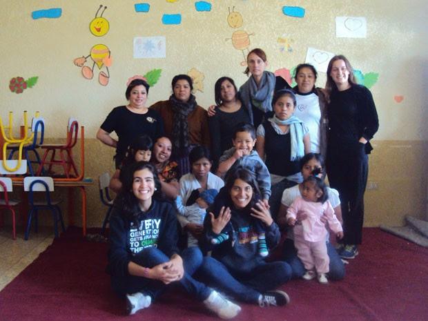 Thaís (sentada, no centro) no albergue onde foi voluntária, na Guatemala (Foto: Thais Gervasio de Brito/Arquivo pessoal)
