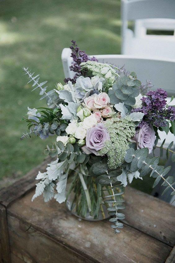 ein schönes blumengesteck mit hellen, Eukalyptus, grün und lila und Lavendel-Blüten
