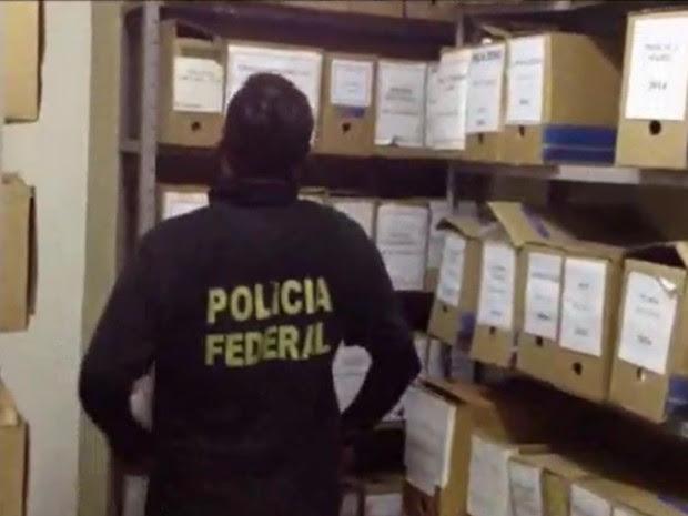 Documentos e licitações estão sendo coletados para perícia (Foto: Divulgação/Polícia Federal)