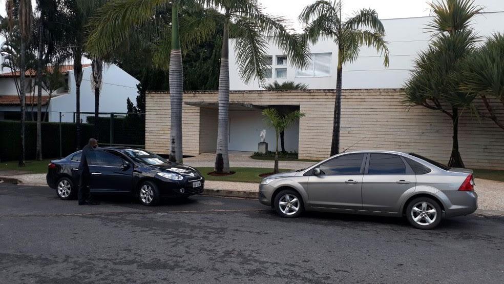Equipe da Polícia Federal em frente a residência do senador Aécio Neves em Brasília (Foto: Marcione Santana/TV Globo)