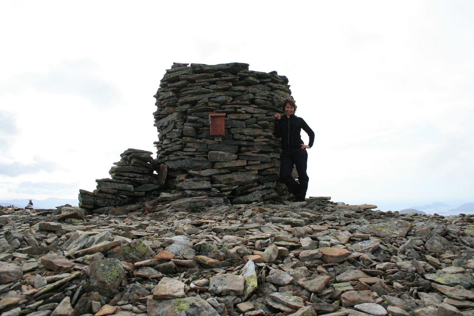 Meg ved varden på toppen av Børa - herlig å ta inn utsikten i 360* fra 1065 m.o.h