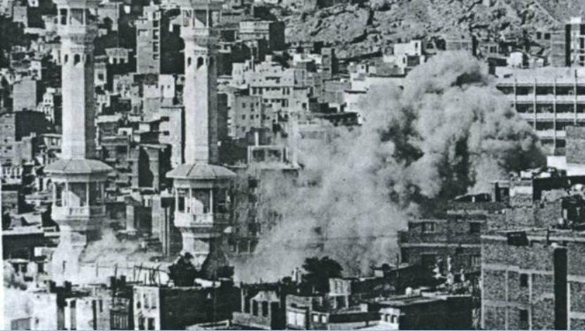 Des fumées montent, suite aux tirs sur la Grande Mosquée