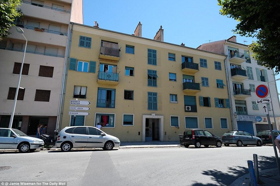 Home: A polícia revistou o apartamento de Nice terrorista Mohamed Lahouaiej Bouhlel hoje, bem como uma outra van deixou perto da propriedade