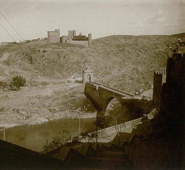 Castillo de San Servando y Puente de Alcántara desde las escalerillas del Miradero en 1913. Fotografía de Luis Calandre Ibáñez