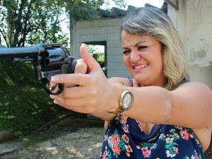 Mulheres buscam cursos de tiro e já ocupam de 40 a 50% das vagas