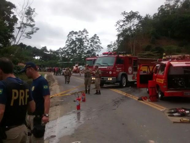 Guarnições de pelo menos três cidades prestam socorro às vítimas. (Foto: PRF/ Divulgação)