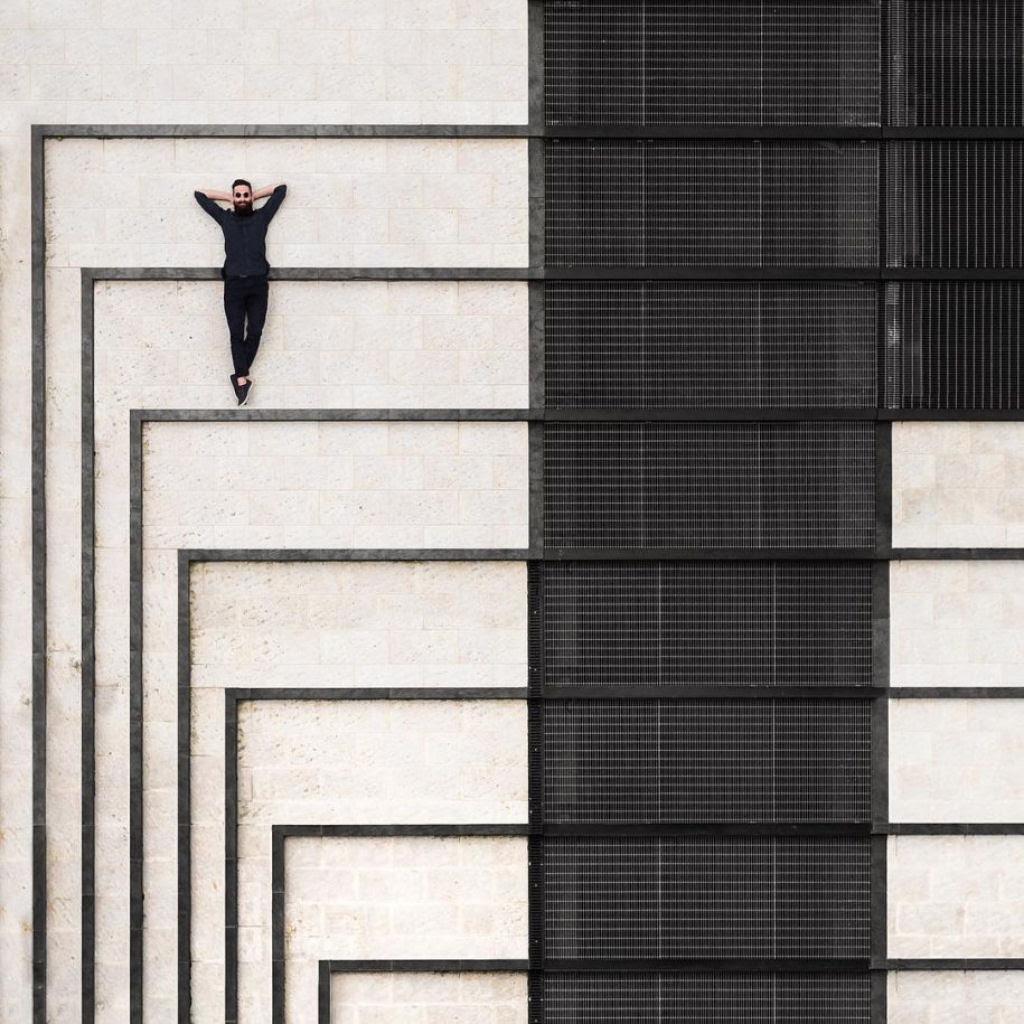 As criativas fotos de um casal que viaja o mundo brincado com a arquitetura 09