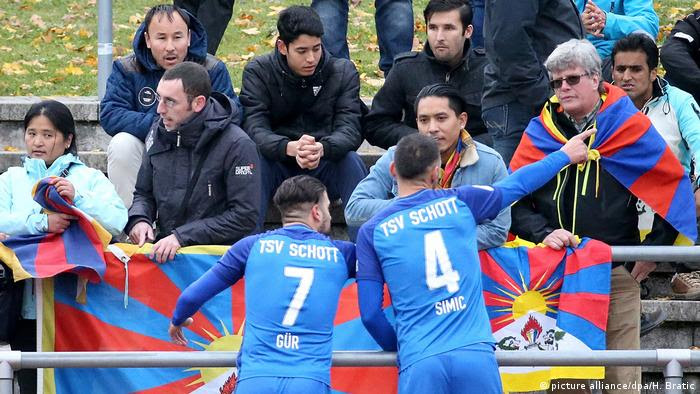 Fussball TSV Schott Mainz - U20 China - Protest gegen die chinesiche Tibet-Politik (picture alliance/dpa/H. Bratic)