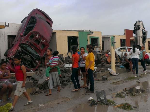 Carros de Ciudad Acuña, no México, foram parar nos telhados das casas depois da passagem de um tornado nesta segunda-feira (25) (Foto: REUTERS/Ramiro Gomez)