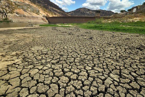 Estiagem severa mudou cenário do açude Gargalheiras, em Acari, que tem menos de 0,2% de água