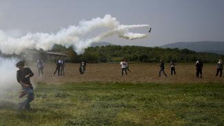 Els antiavalots grecs van llançar gasos lacrimògens a la frontera amb Macedònia (Reuters)