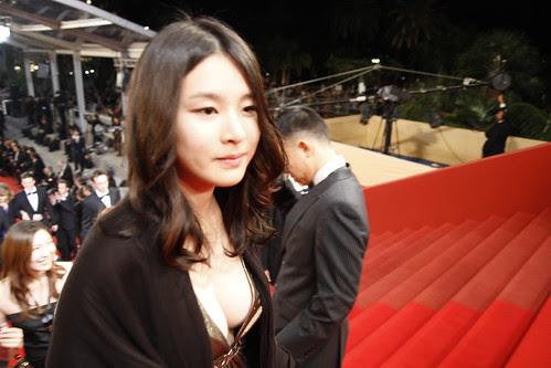 Fooi Mun walking on the red carpet