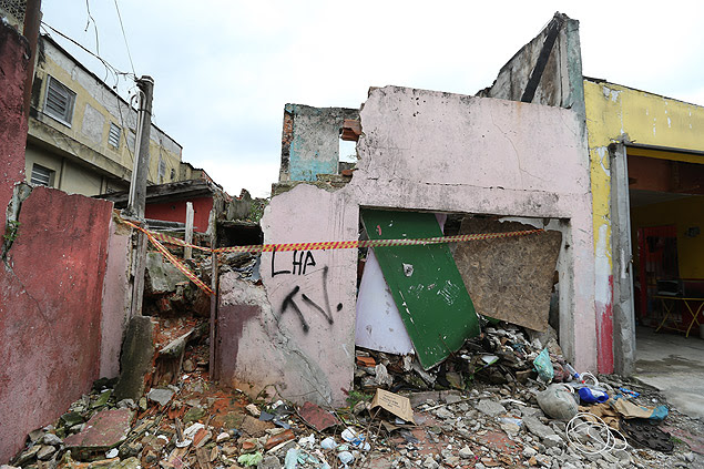 Casa de suspeito de mortes em série é destruída por vizinhos e familiares de possíveis vítimas