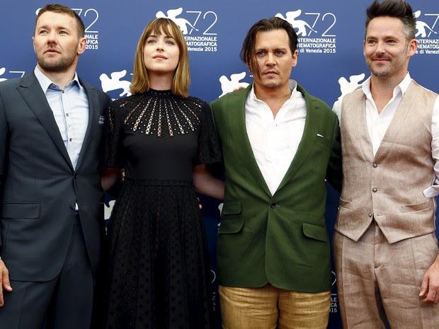 04/09: Da esq. para dir., Joel Edgerton, Dakota Johnson, Johnny Depp e o diretor Scott Cooper divulgam 'Black mass' no Festival de Veneza (Foto: REUTERS/Stefano Rellandini)
