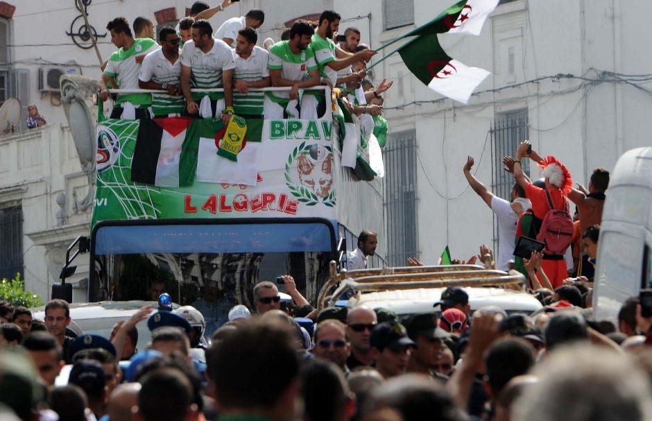 Jogadores desfilaram pelas ruas da capital argelina / Farouk Batiche / AFP