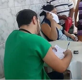 demissão, médico Itapajé atende pacientes calçada