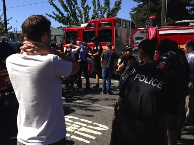 Equipes de emergência chegam a local da Universidade de Seattle perto de onde houve tiroteio nesta quinta (5)  (Foto: AP Photo/The Seattle Times, Dean Rutz)