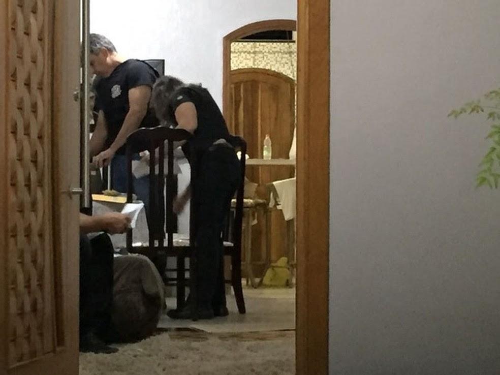 Policiais vistoriam a casa de um dos suspeitos na região de Presidente Prudente (Foto: Valmir Custódio/G1)