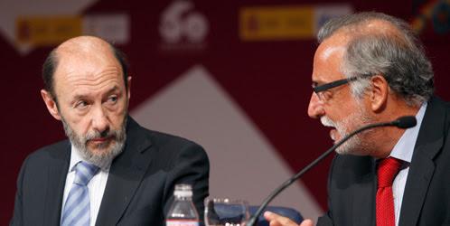 Alfredo Pérez Rubalcaba y Pere Navarro, conversan durante una rueda de prensa (EFE)