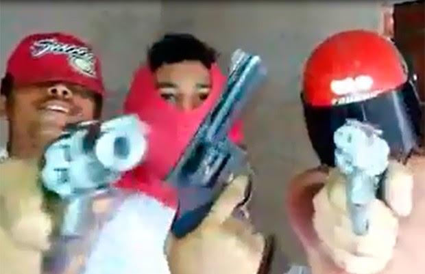 Polícia tenta identificar suspeitos que aparecem nos vídeos ampunhado armas e fazendo apologia ao crime (Foto: Divulgação/Polícia Civil do RN)