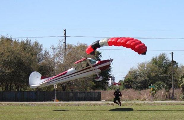 Avião se aproxima de paraquedista durante tentativa de pouso (Foto: Tim Telford/Polk County Sheriff's Office/AP)
